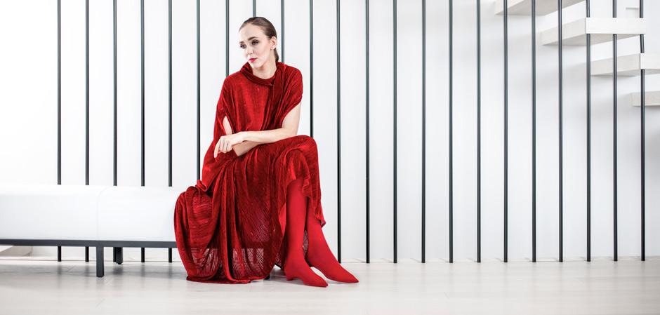 Женщина в красном платье Grizas сидит