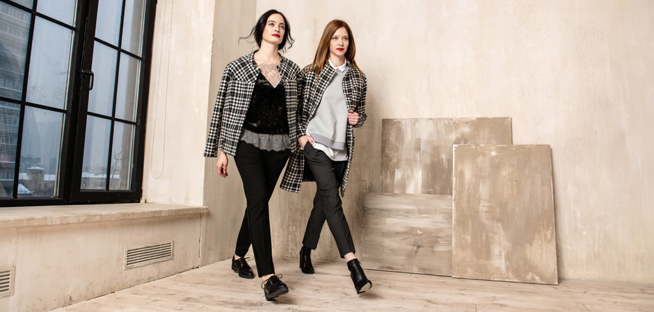 Две модели в одежде бренда ENDEA в комнате