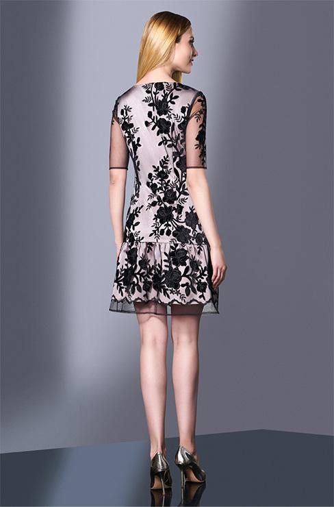 d80fa2d68d6d Это милое платьице придется по вкусу ценительницам нежного и прекрасного.  Тончайшая сетка с эффектными крупными цветами и подсвеченная нежного цвета  ...