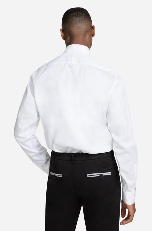 effa9facdd53c6e Эта минималистичная рубашка под смокинг из коллекции Karl Lagerfeld,  разработанной Себастьеном Жондо, изготовлена из
