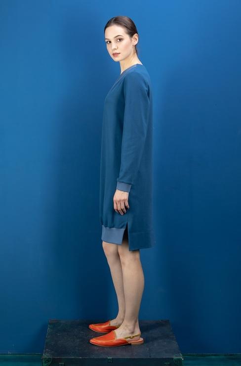 2cd20bd2952 Вырез горловины и низ изделия спереди оформлены контрастной мягкой  трикотажной резинкой. Платье-туника из трикотажа ...