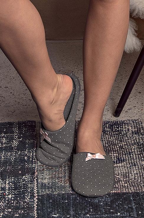 55eb1bb03e78 Удобные домашние тапочки, в которых вы будете чувствовать себя еще  комфортнее. Практичная противоскользящая подошва придает тапочкам приятную  форму и ...