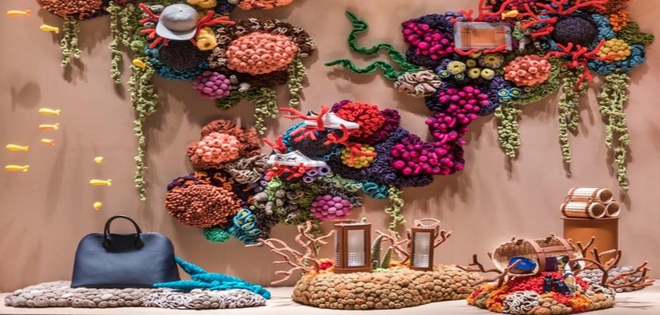 """Флагманский бутик Дома Hermès в Сингапуре в рамках своей кампании """" В погоне за мечтой"""" представил инсталляции знаменитой вязальщицы Муляны."""