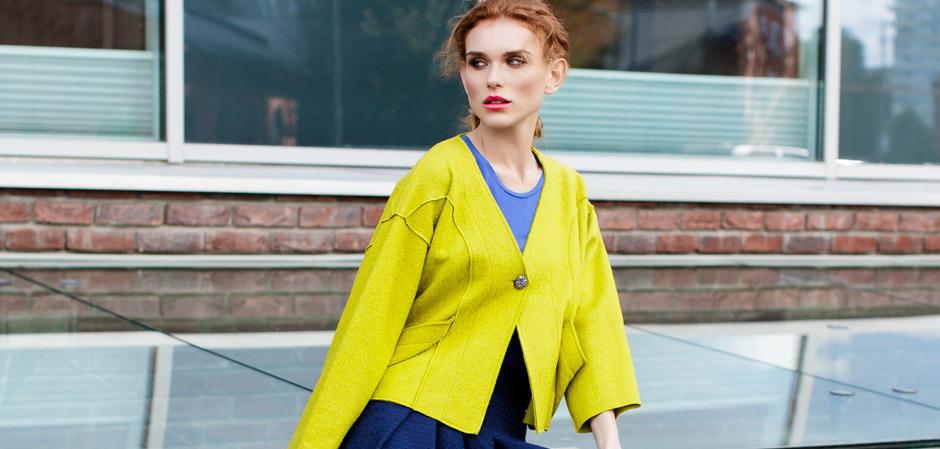 Девушка в желтом жакете MadaM T стиля casual