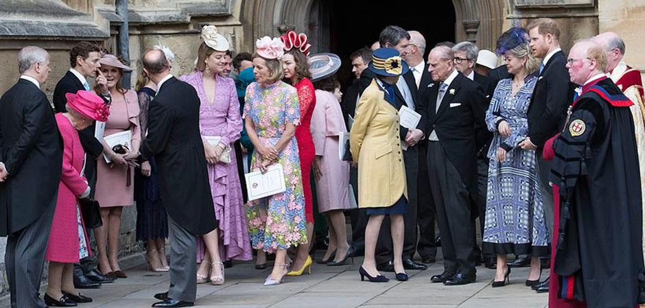Гости, включая королеву, в ожидании свадебной церемонии