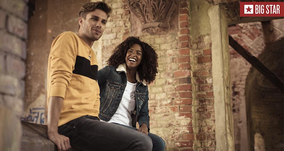 Парень и девушка сидят рядом в одежде BIG STAR Limited